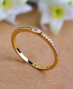 טבעת דקה משובצת זירקונים