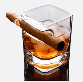 מחזיק סיגר בכוס ויסקי