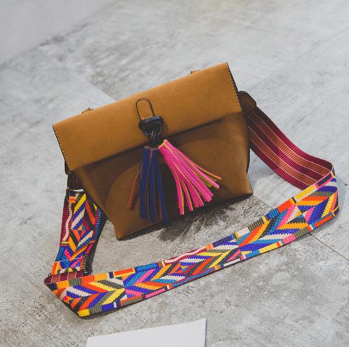 תיק צד מעוצב לנשים עם רצועה וציצית צבעונית DAUNAVIA